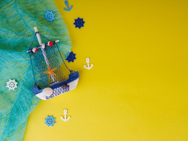 Небольшая лодка на желтом фоне, концепция отдыха и лета