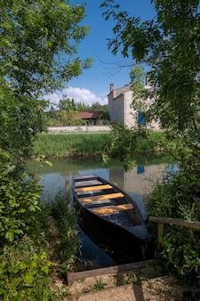 フランスの緑のヴェネツィアの桟橋の小さなボート
