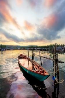 川の小さなボートの難破船