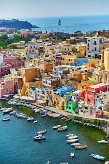 Procida 베이 섬, 나폴리, 이탈리아에 항구에서 작은 보트