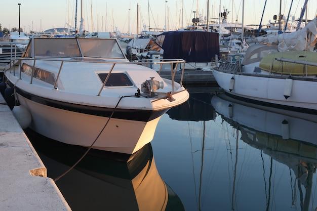 Маленькие лодки в бухте