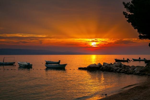 배경, brela, 크로아티아에 아드리아 해 일몰과 함께 작은 보트