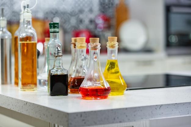 キッチンのフレーバーオリーブオイルとバルサミコ酢の小さなボトルコピースペース。