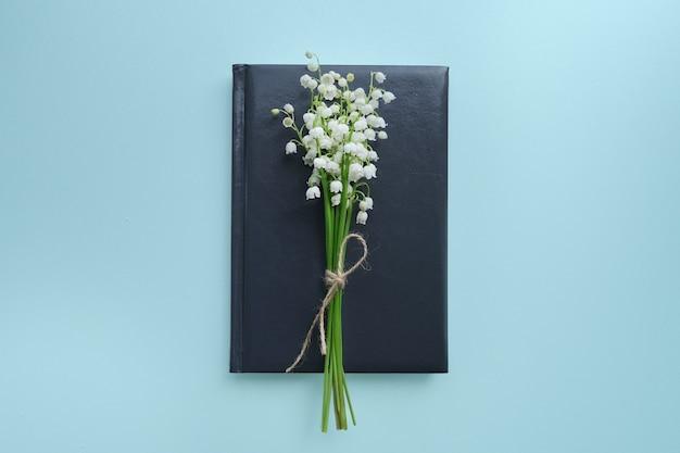 노트북에 공예 로프와 계곡의 백합의 작은 꽃다발