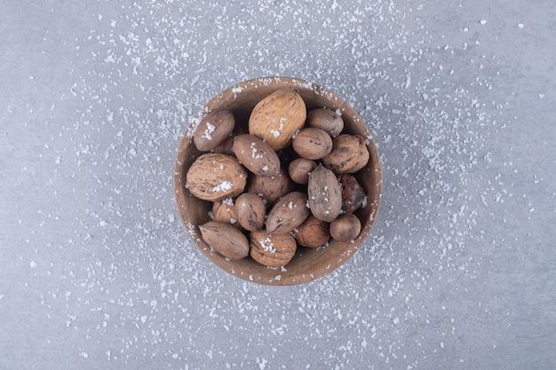 대리석 표면에 모듬 된 견과류의 작은 그릇