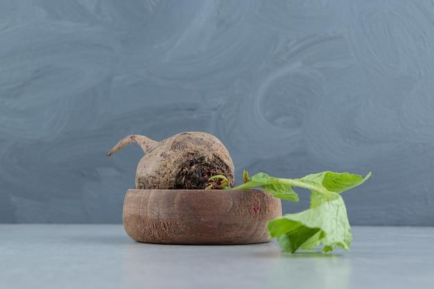 Una piccola ciotola di ravanello, sul marmo.