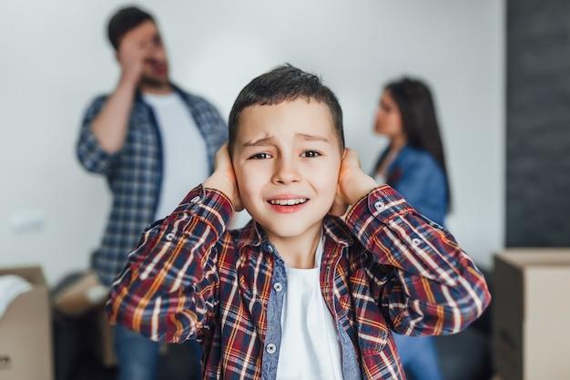 Piccolo ragazzo in ascolto litigio tra genitori