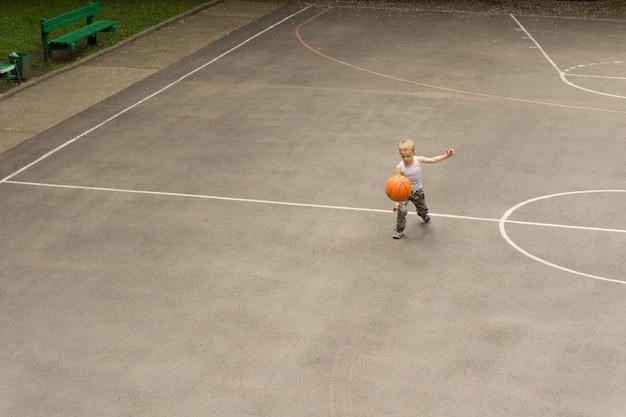 バスケットボールをしている小さな男の子