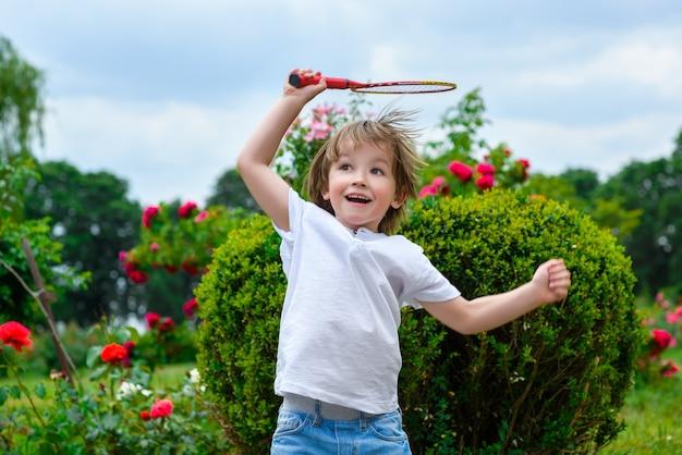 公園で遊んでいる小さな男の子