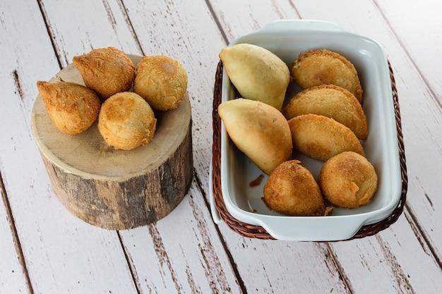 Небольшие бразильские закуски. с разнообразными начинками, сыром.