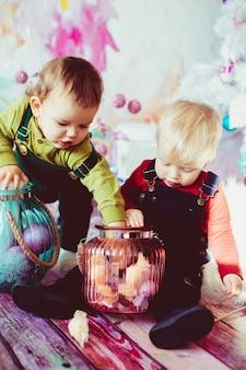 I fratelli piccoli che giocano con i vasi con le candele