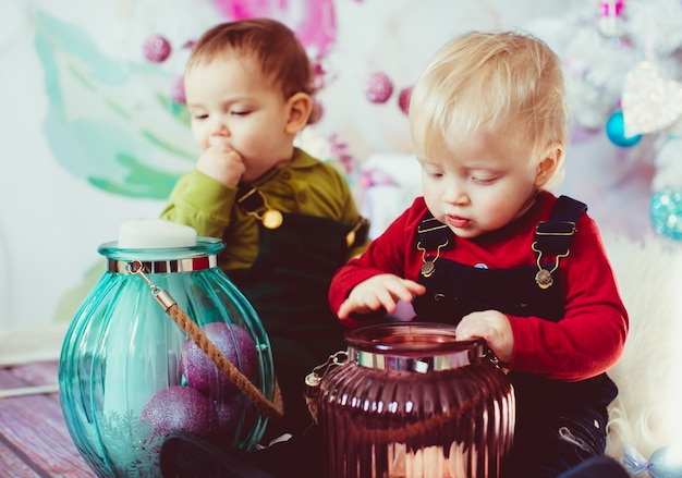 I fratelli piccoli che giocano con i vasi con i dolci