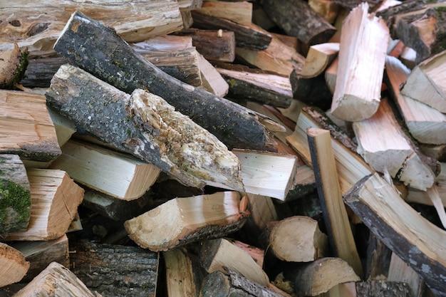 灰色の樹皮の山が横たわっている小さな茶色のみじん切り薪
