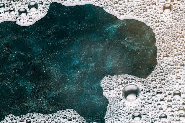 Малые пузырьки, распространяющиеся по воде