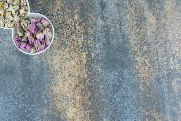 흰색 그릇에 작은 싹과 카모마일.