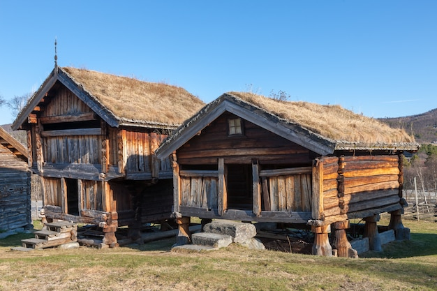 Небольшое здание в горах норвегии.