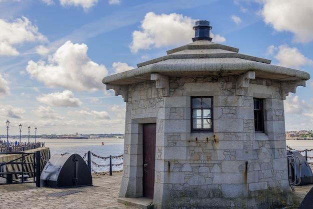 Небольшое здание на набережной в ливерпуле, англия