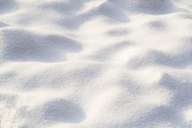 눈의 작은 융기. 맑고 화창한 날에 눈이 텍스처. 자연 배경.