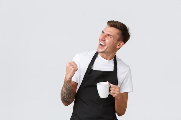 Концепция кафе и ресторанов для малого бизнеса: красивый восторженный бариста, приглашающий на ...