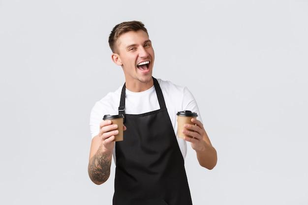 Piccola caffetteria bar e ristoranti concetto entusiasta barista felice in grembiule nero ho...