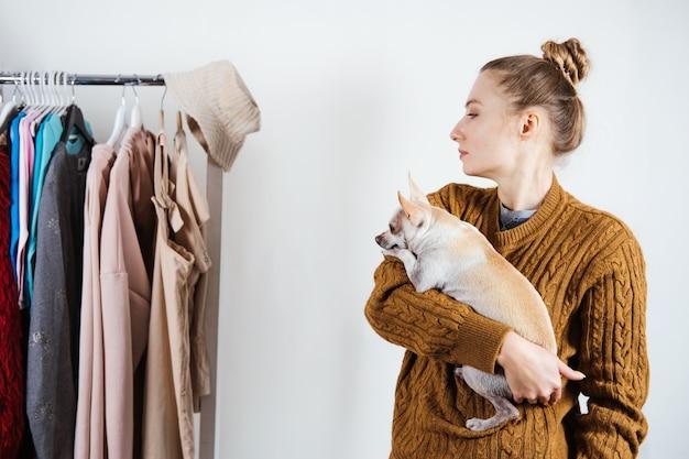 Малый бизнес модельер на рабочем месте, ателье по пошиву одежды, модельер с собакой, работающей в