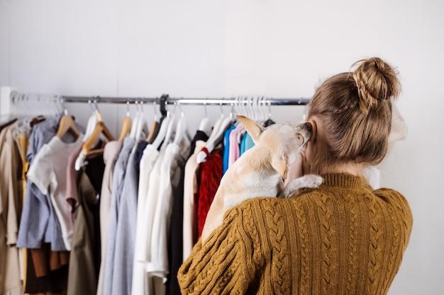 Малый бизнес модельер на рабочем месте, ателье, дизайнер одежды с собакой, работающей в