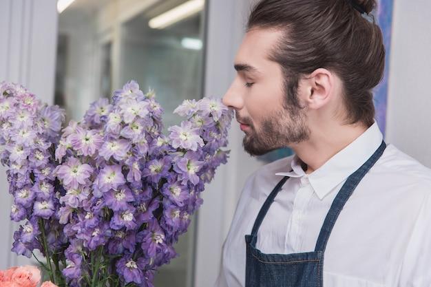 Piccola impresa. fiorista maschio nel negozio di fiori.