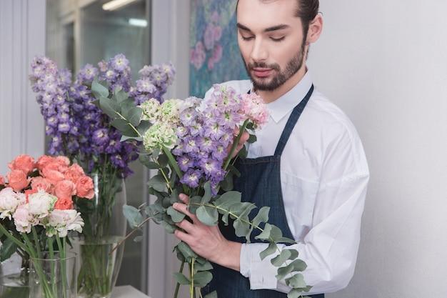 중소기업. 꽃집에서 남성 꽃집. 장식 및 준비