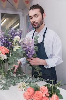중소기업. 꽃집에서 남성 꽃집.