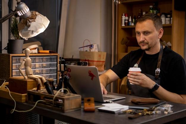 Менеджер малого бизнеса в своей мастерской