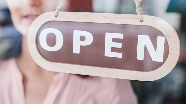 中小企業の開放。看板を閉から開に変える。認識できない人