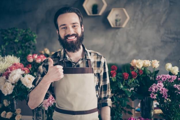 Владелец малого бизнеса в своем цветочном магазине