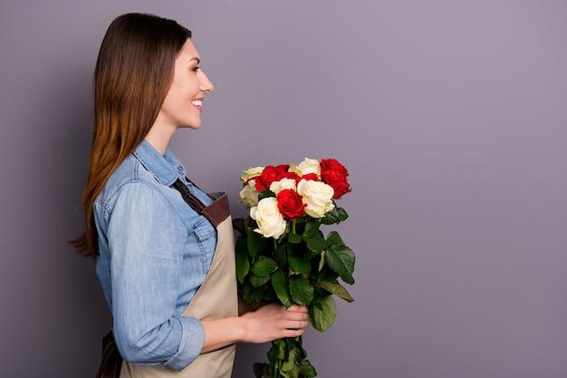 Владелец малого бизнеса позирует с букетом роз