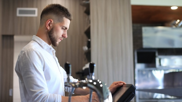 Владелец малого бизнеса, работающий в своем кафе