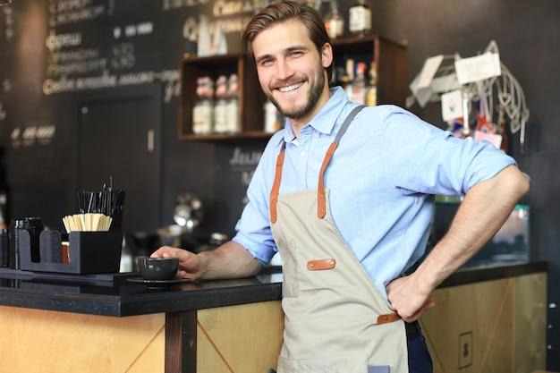 Владелец малого бизнеса, работающий в своем кафе.