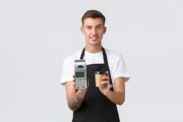 소규모 비즈니스 소유자 커피 숍 및 직원 개념 테이크 아웃을 제공하는 잘 생긴 미소 바리 스타 웨이터 ...