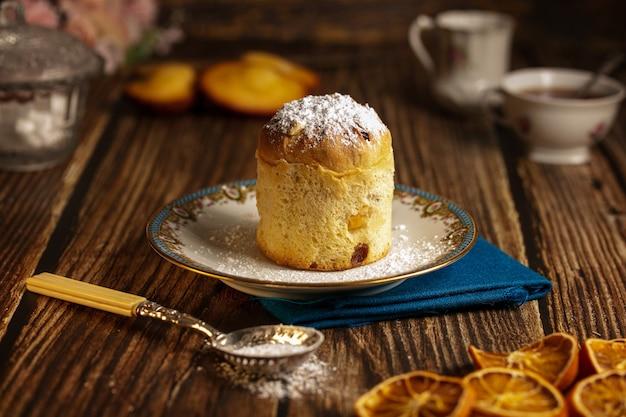 나무 테이블에 접시에 작은 케이크