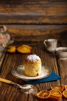 木製のテーブルの上の皿の小さなケーキ