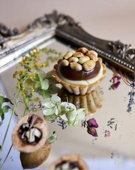ヘーゼルナッツとマカダミアナッツの小さなケーキ。キャラメルのナッツタルト。
