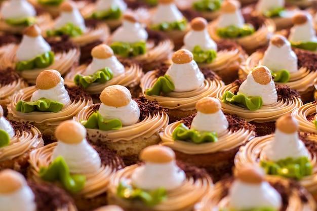 장식이 있는 작은 케이크. 크림과 초콜릿 부스러기. 달콤한 이를 위한 휴가. 전통과 환대.
