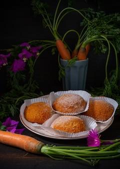 아침 식사에 적합한 가루 설탕을 넣은 작은 당근 케이크