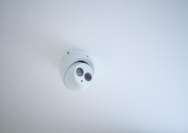 Небольшая камера видеонаблюдения, установленная на потолке