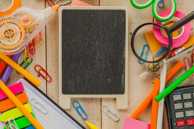 Маленькая доска и школьные канцелярские принадлежности Бесплатные Фотографии