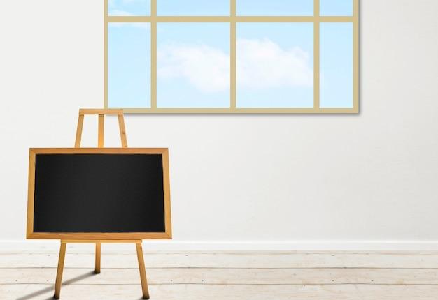 教室の木製イーゼルにある小さな黒板。コピースペース用の空の黒板