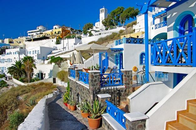 Маленькие очаровательные отели острова санторини. поселок фира. греция