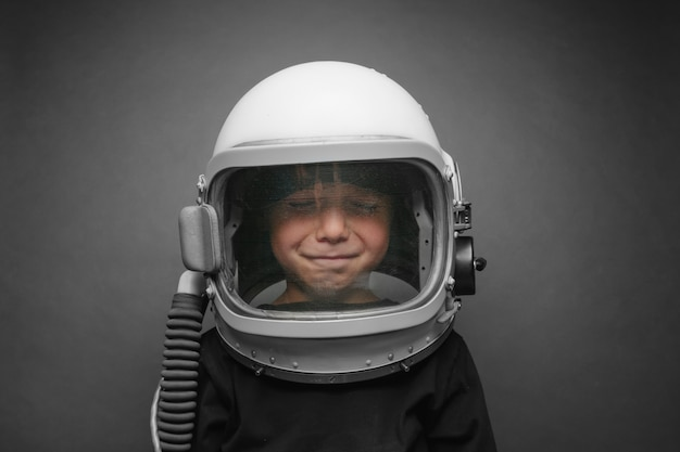 Маленький ребенок хочет летать на самолете в шлеме самолета