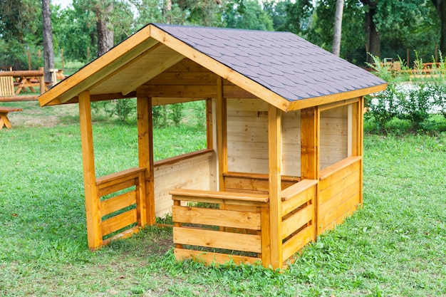 Маленькие детские домики из дерева в итальянском парке
