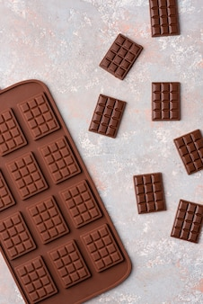 明るい背景に小さなチョコレートバー