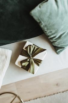 小さなクリスマス、新年のギフトボックスと枕。お祝いの冬休み