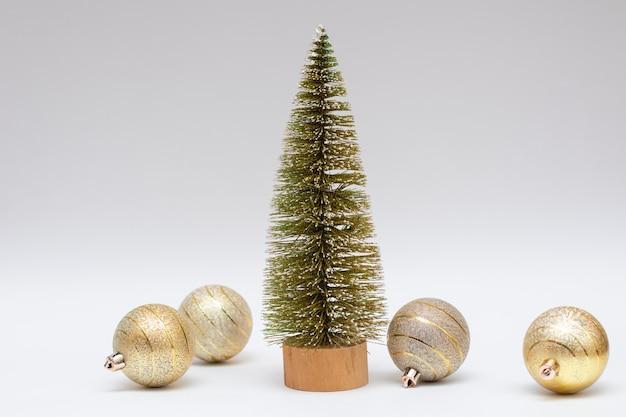작은 크리스마스 트리와 황금 크리스마스 공